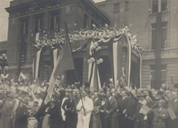 Base Hospital 21 celebration in front of Barnes Hospital, 1917